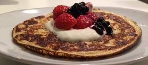 Proteinpannekaker med vaniljekesam og bær