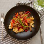 Svinewok med saus av ingefær, hvitløk og chili