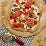 Hvit pizza med skinke og chorizo