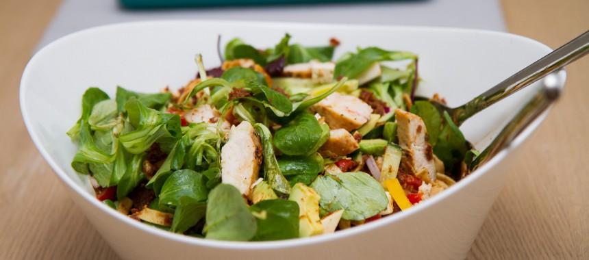 Kyllingsalat med rød pesto