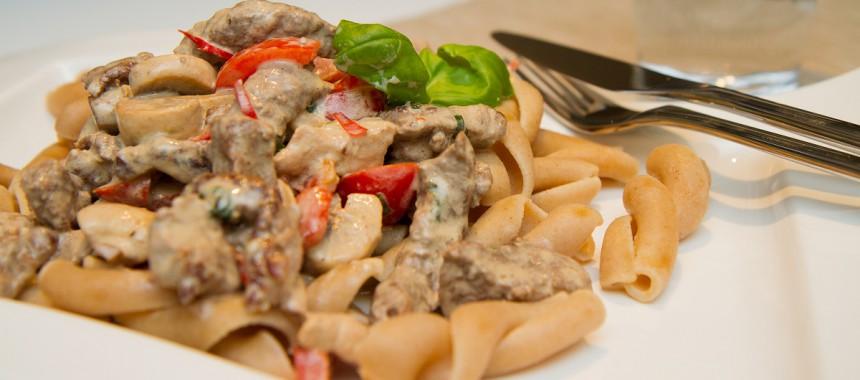 Biff i fløtesaus servert med pasta