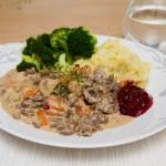 Finnbiff eller viltgryte med potet- og blomkålmos