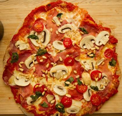 Pizza parma med tynn grov bunn