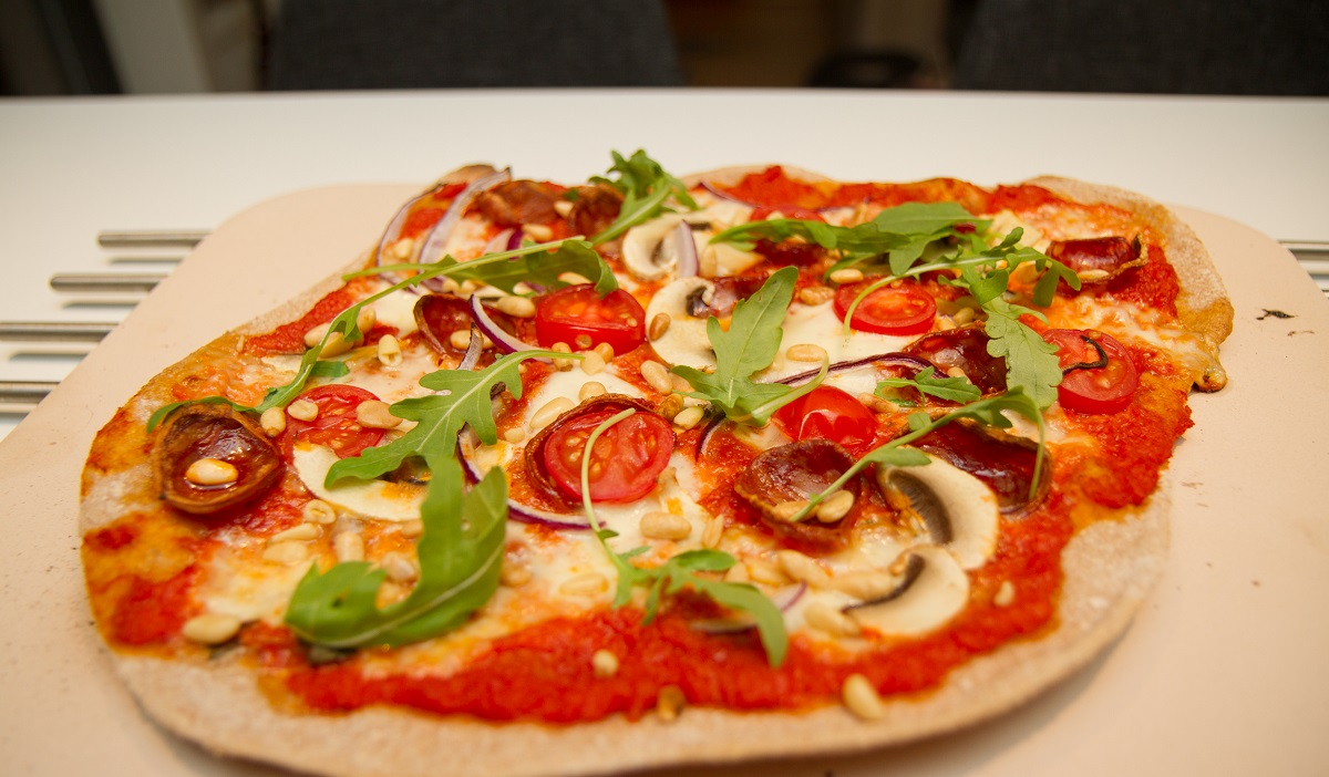 Pizza med chorizo og serrano