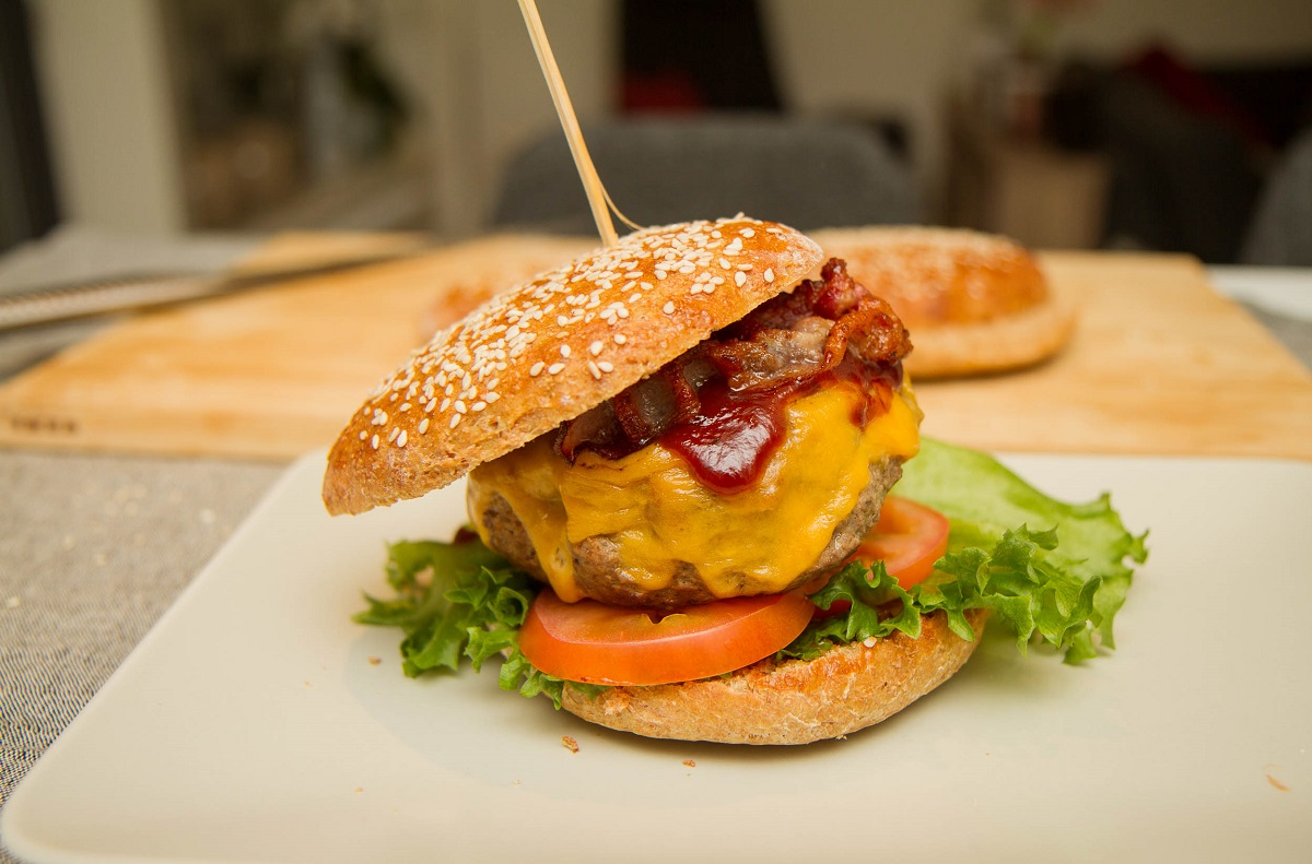 Burger med bacon og cheddar