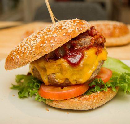 Hamburger med bacon og cheddar