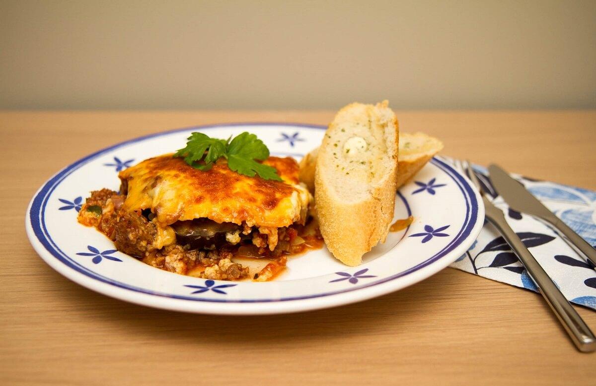 Gresk moussaka av lam servert med hvitløksbaguetter