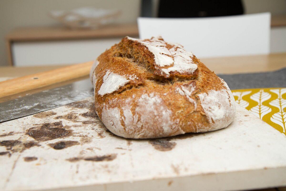 Nystekt surdeigsbrød av rug og hvete
