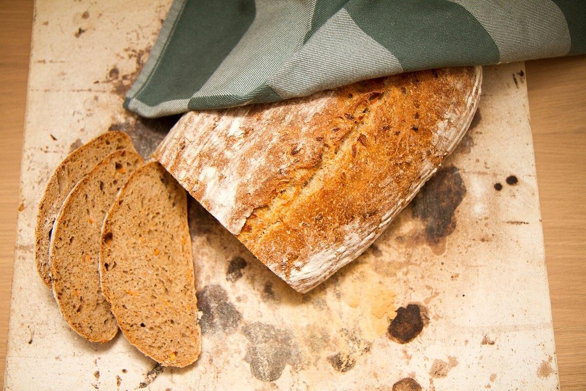 Grovt surdeigsbrød med gulrot