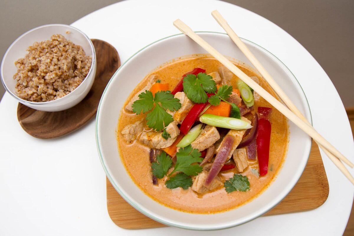Thaigryte med strimlet svinekjøtt