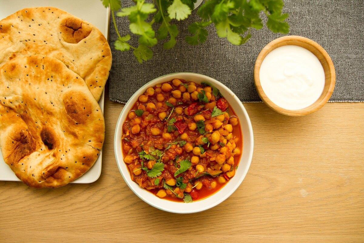 Chana masala med nan og yoghurt