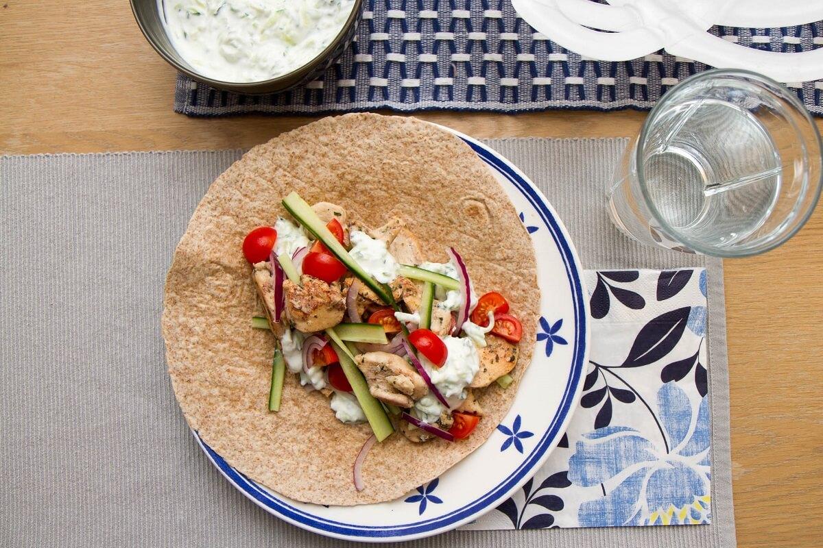 Gresk wraps med kylling servert med tzatziki