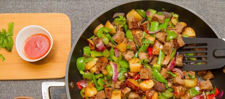 Pytt i panne med karbonade og sweet chili