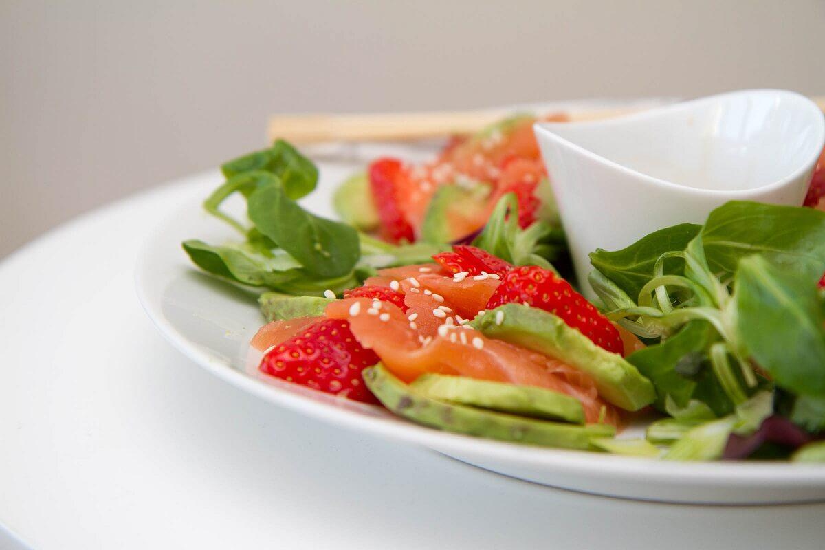 Sashimisalat med jordbær og avokado