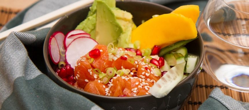 Poke bowl med mango, avokado og granateple