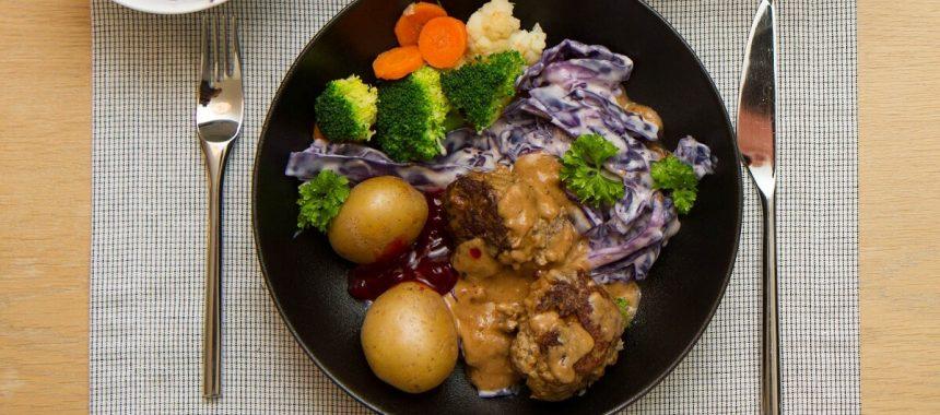 Kjøttkaker i brun saus med kålstuing