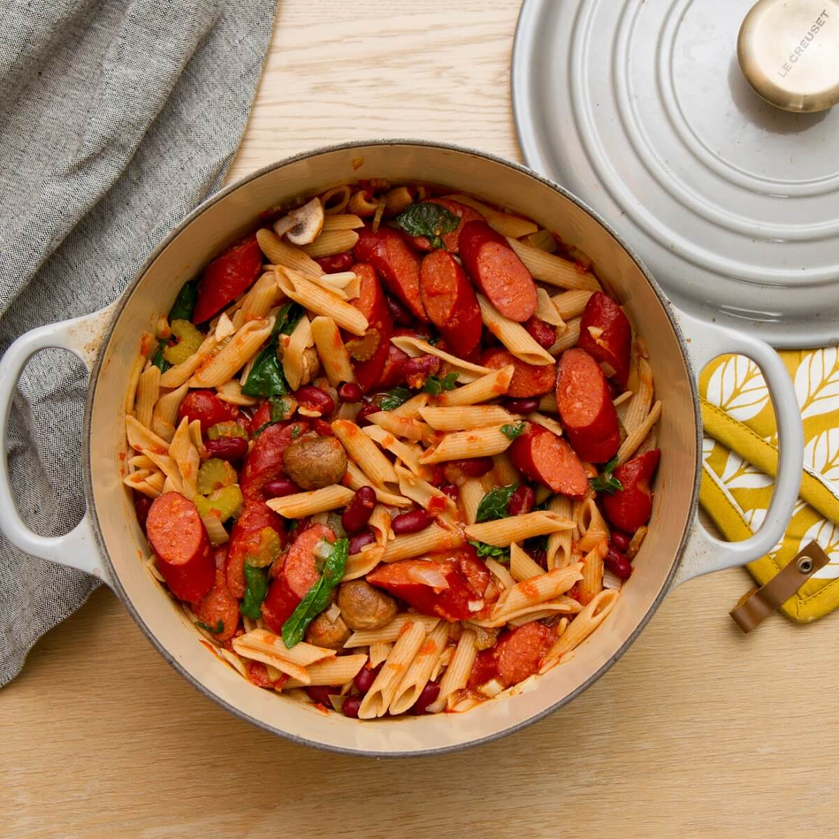 Pølsegryte med pasta og bønner