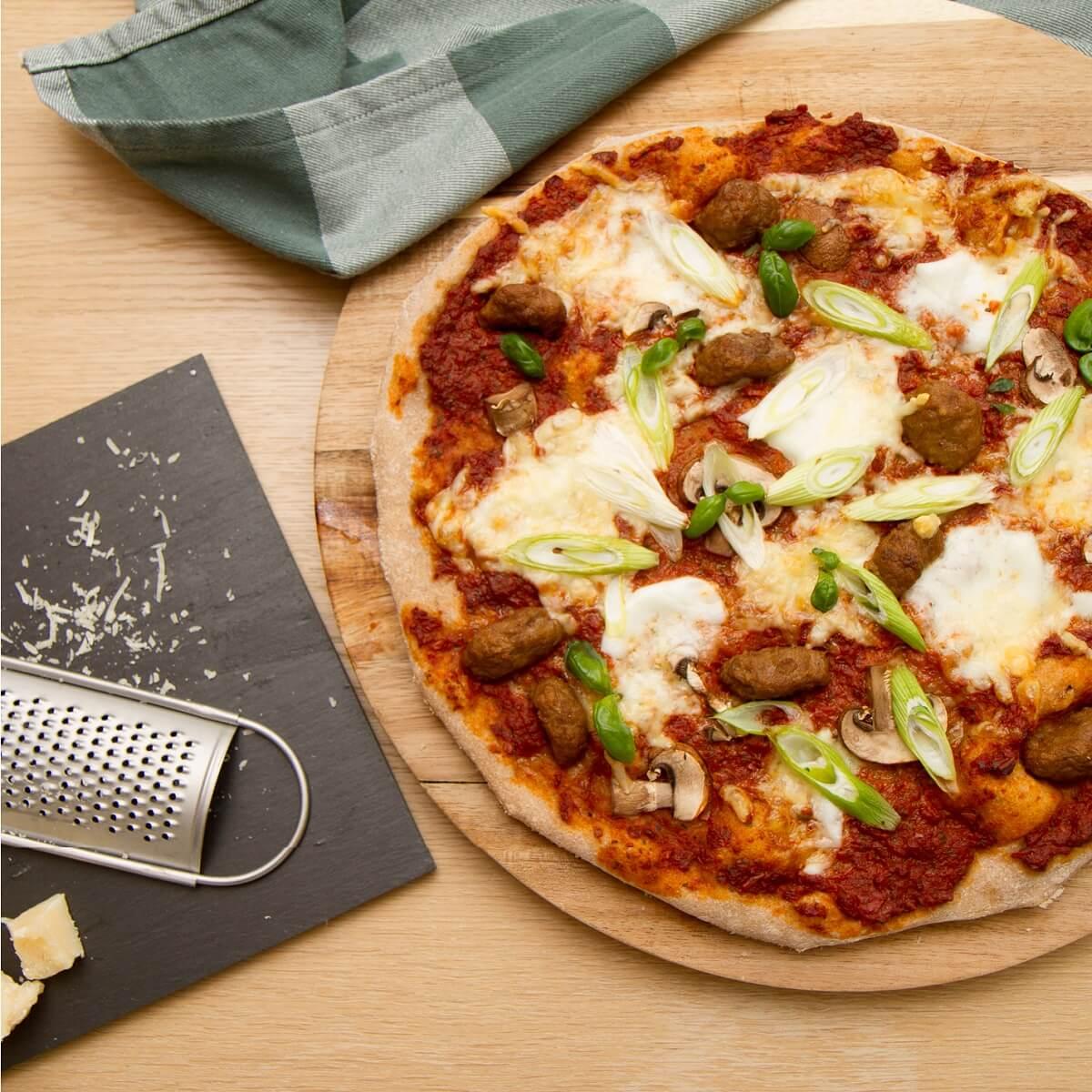 Pizza med kjøttboller og vårløk