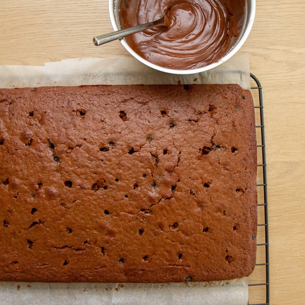 Klar til å legge glasur på sjokoladekaken