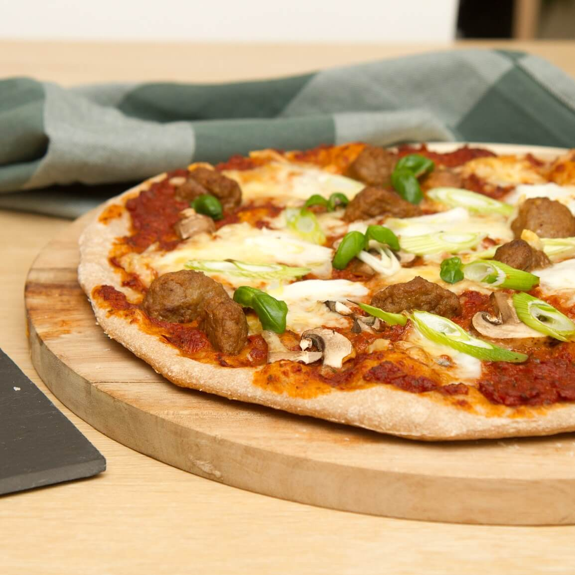 Pizza med spanske kjøttboller og vårløk