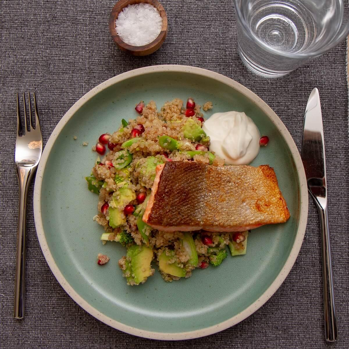 Pannestekt laks med enkel quinoasalat