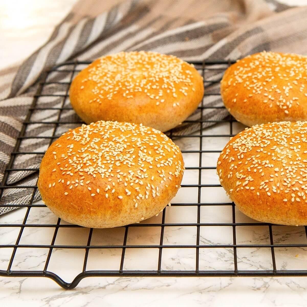Grove hamburgerbrød med sesamfrø