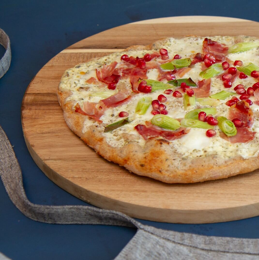 Hvit surdeigspizza med spekeskinke og granateple