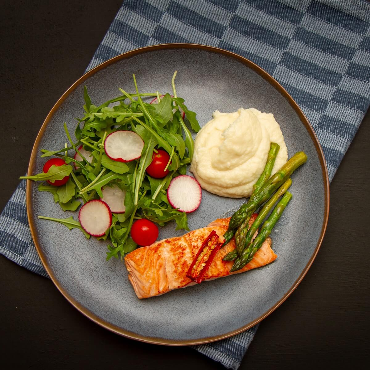 Pannestekt laks med pastinakkpure og asparges