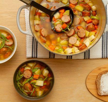 Enkel grønnsakssuppe med pølser