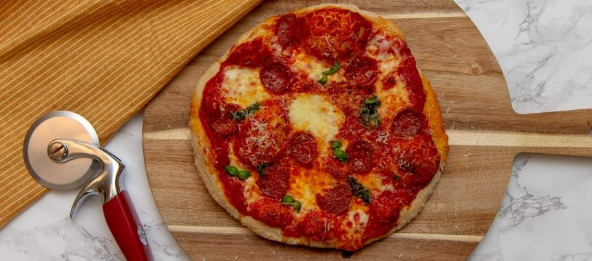 Pizza med mozzarella og chorizo