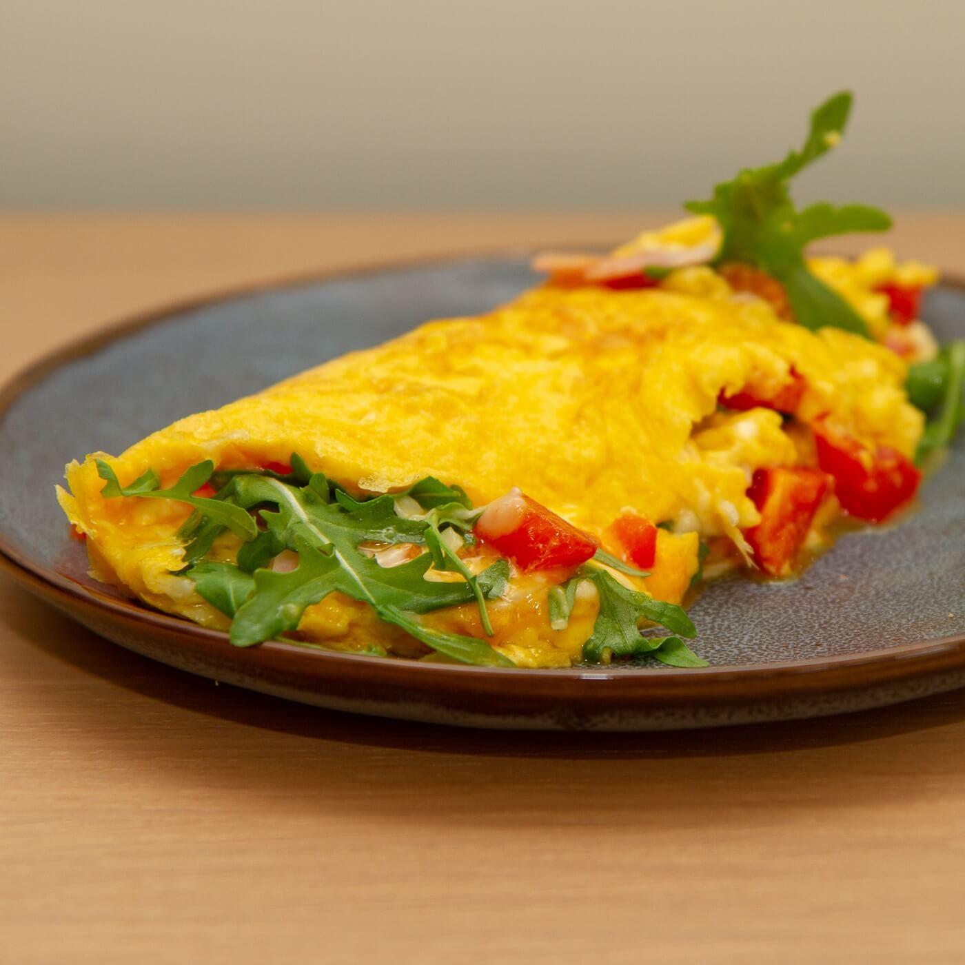 Omelett med ost og skinke