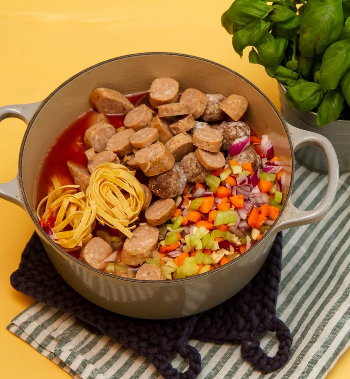 Enkel one pot pastagryte med kjøttboller og pølser