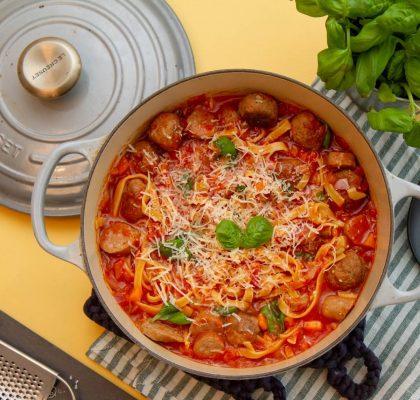 One pot pastagryte med kjøttboller og pølser