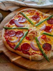 Pizza med asparges og chorizo