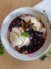 Vaniljeis med lune blåbær og peanøtter